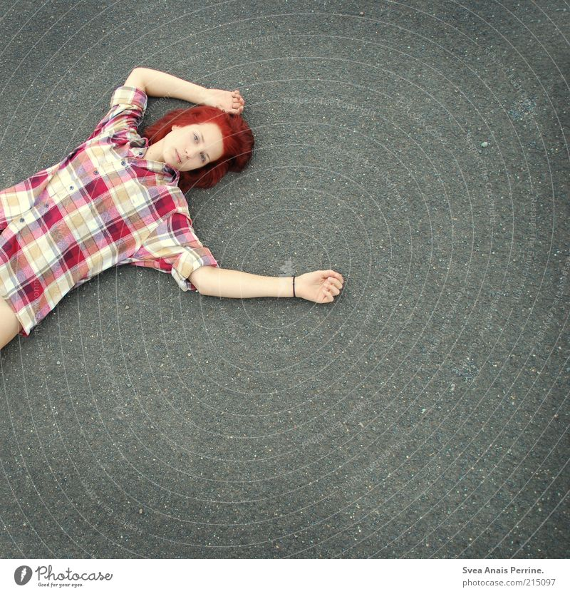 street.(280) Lifestyle feminin Junge Frau Jugendliche Haare & Frisuren 1 Mensch 18-30 Jahre Erwachsene Straße Asphalt Hemd rothaarig Denken liegen