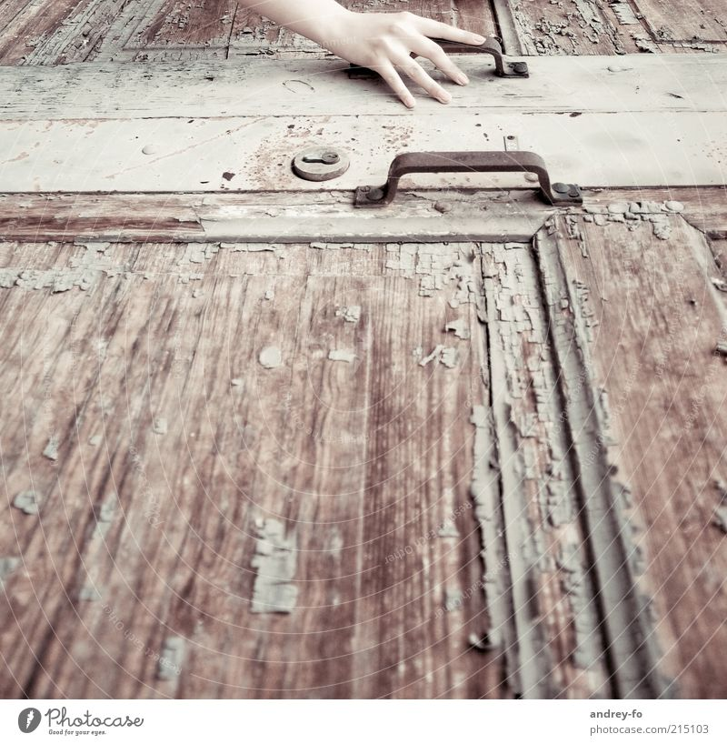 Berührung Arme Hand Tür Türöffner Türschloss Schloss Holz Metall Rost berühren braun Einsamkeit Vergangenheit Zeit Griff alt retro aufmachen geschlossen Finger