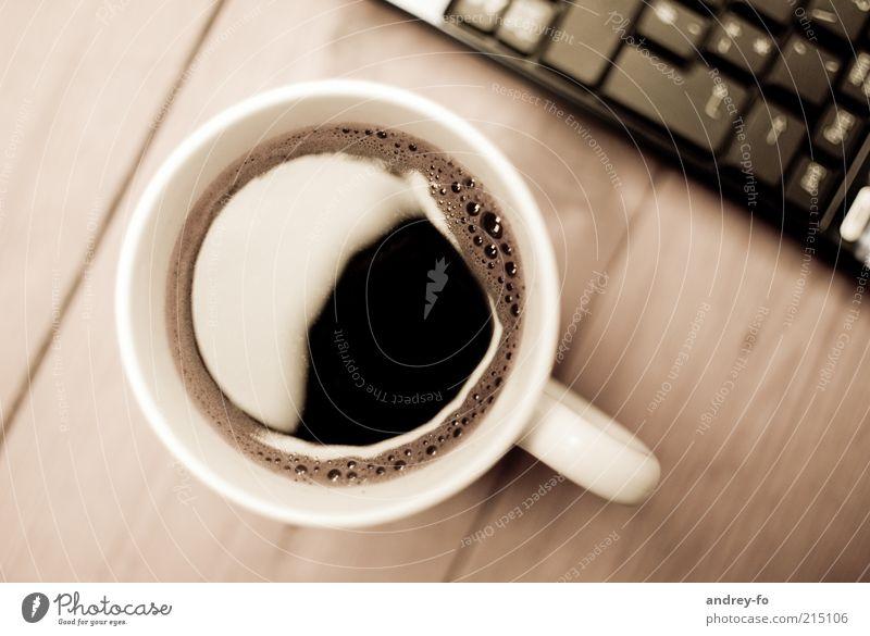 Kaffeepause Tasse Holz Glas Pause Kaffeetrinken Kaffeetisch Kaffeebecher Tisch Holztisch Tastatur Notebook braun wach lecker Getränk Computer Taste Medien