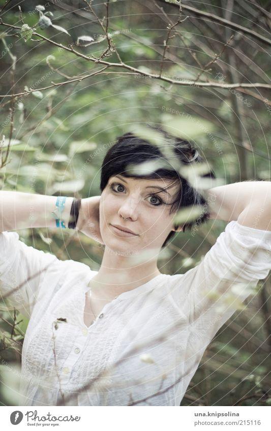 white.green Frau Mensch Natur Jugendliche schön Pflanze Blatt Erholung feminin Zufriedenheit Mode Erwachsene Fröhlichkeit stehen Sträucher berühren