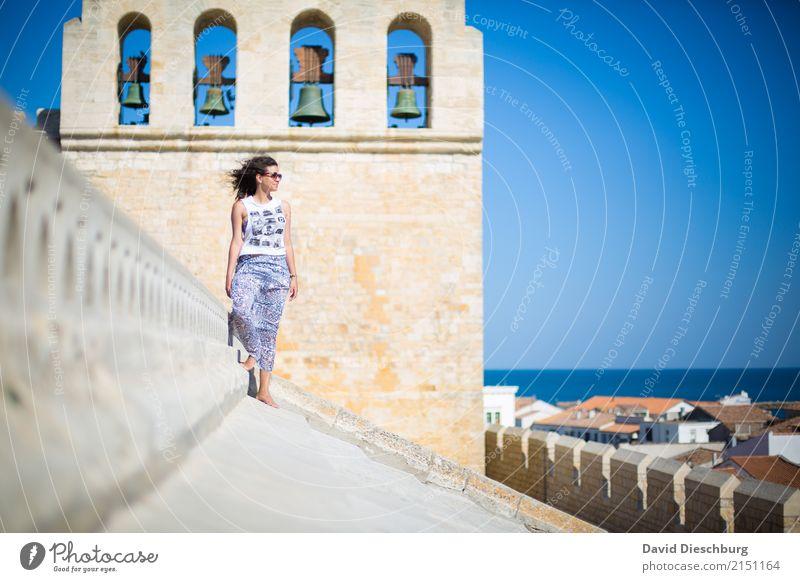 Über den Dächern Ferien & Urlaub & Reisen Tourismus Ausflug Sightseeing Städtereise feminin Junge Frau Jugendliche Erwachsene 1 Mensch 18-30 Jahre