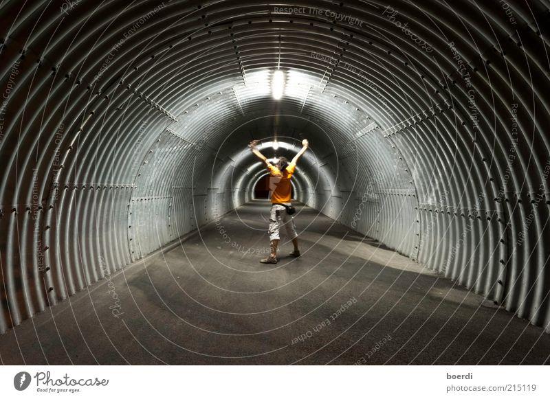 wArm up maskulin Leben 1 Mensch 18-30 Jahre Jugendliche Erwachsene Tunnel Fitness schreien stehen dunkel rund grau Stimmung Begeisterung Röhren Kreis hypnotisch
