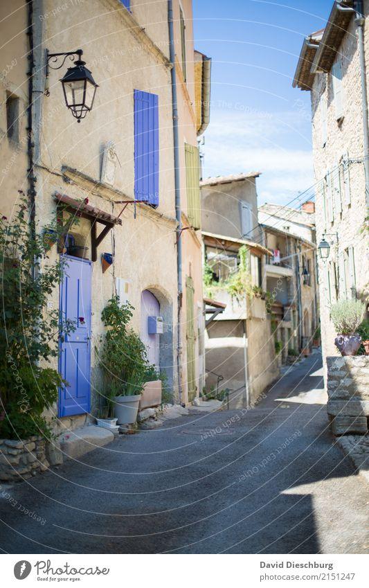 Provence Ferien & Urlaub & Reisen Tourismus Sightseeing Städtereise Sommerurlaub Dorf Kleinstadt Stadtzentrum Haus Einfamilienhaus Mauer Wand Fassade Fenster