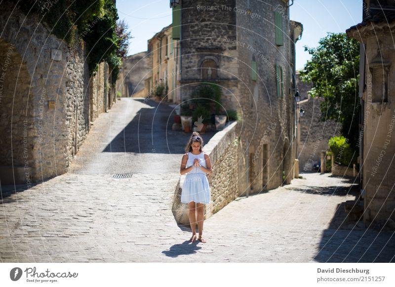 Zur Ruhe kommen Mensch Frau Ferien & Urlaub & Reisen Jugendliche Junge Frau Haus ruhig 18-30 Jahre Gesicht Erwachsene Straße Wand Wege & Pfade feminin Mauer