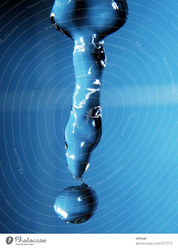 Wasserskulptur 10 blau Wassertropfen fallen Lichtbrechung