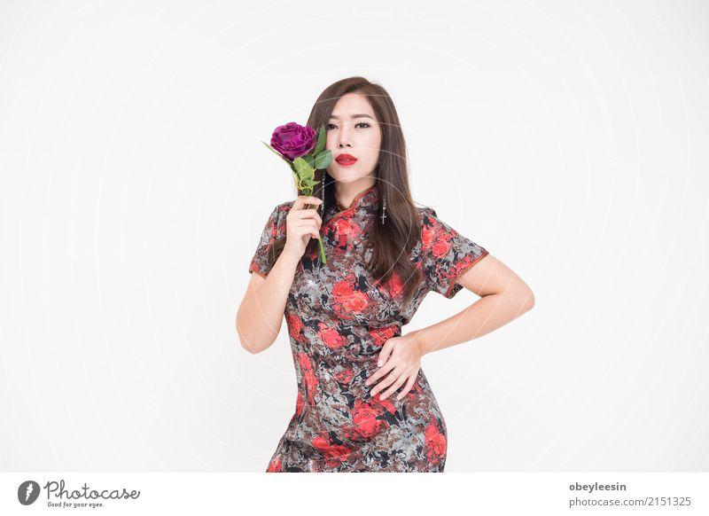 Schöne junge moderne Asiatin, die Blumen hält Stil Freude Glück schön Gesicht Sommer Valentinstag Hochzeit Mensch Frau Erwachsene Hand Rose Mode Rock Kleid