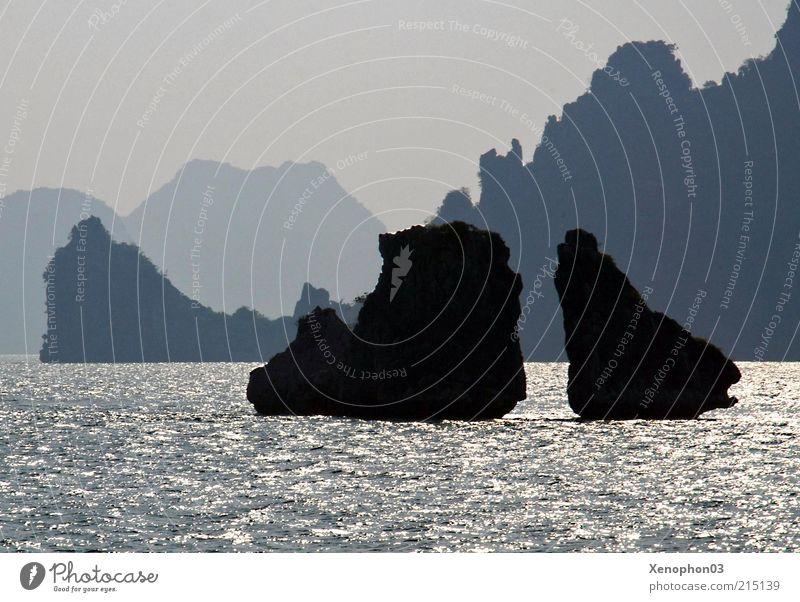 Inselgruppe im Gegenlicht harmonisch Ferne Meer Wellen Landschaft Urelemente Wasser Himmel Hügel Felsen Gipfel Küste Bucht Halong Bay Südchinesisches Meer