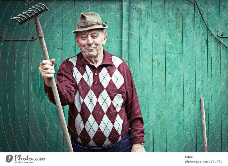 Stelldichhin Freizeit & Hobby Garten Gartenarbeit Mensch maskulin Männlicher Senior Mann Großvater 1 Hut alt Freundlichkeit grün Gärtner Wand Rechen
