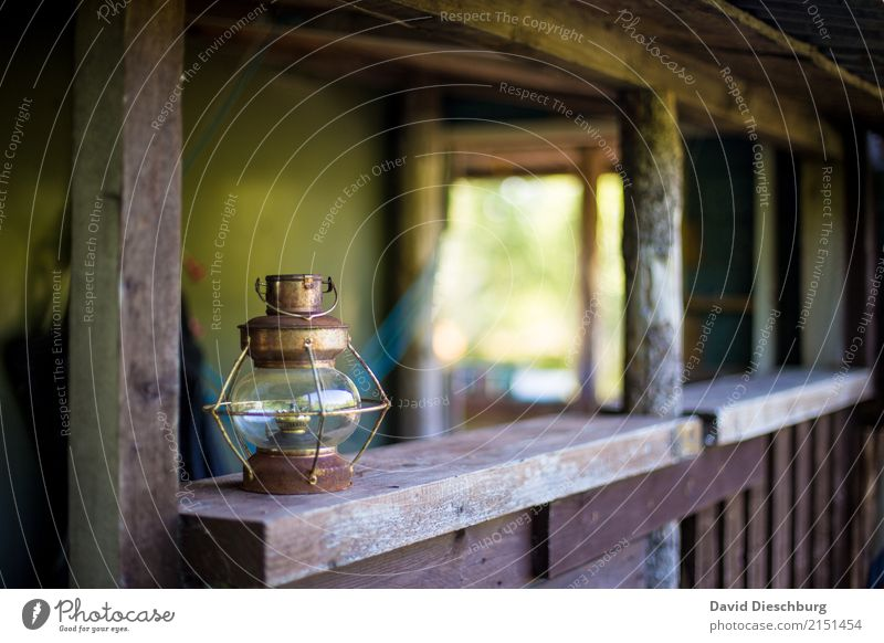 Alte Lampe Ferien & Urlaub & Reisen Expedition wandern braun grün weiß Querformat alt rustikal Beleuchtung Petroleum Petroleumlampe Holzhütte Veranda Romantik