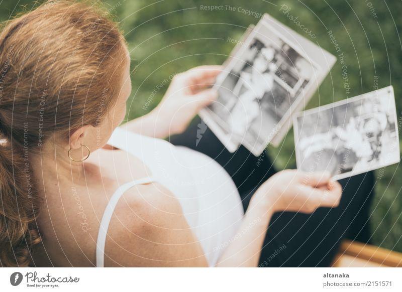schwangere Frau sitzt auf der Bank Lifestyle Glück schön Körper Leben Kind Mensch Baby Erwachsene Eltern Mutter Familie & Verwandtschaft Hand Natur Park Liebe