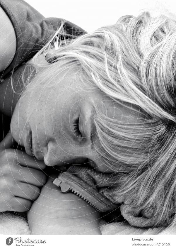 annusch2 feminin Junge Frau Jugendliche Erwachsene schlafen träumen kuschlig Schwarzweißfoto Außenaufnahme Sonnenlicht blond langhaarig Haarsträhne 18-30 Jahre