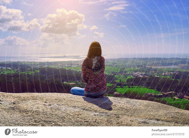 Junge Frau, die die Landschaft erwägt Ferien & Urlaub & Reisen Tourismus Ausflug Abenteuer Freiheit Sightseeing Berge u. Gebirge wandern Mensch feminin