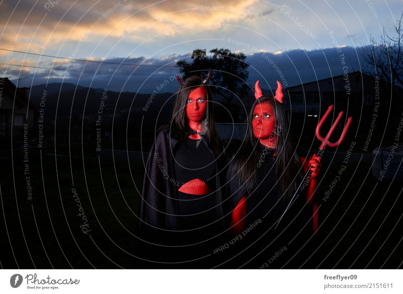Zwei Frau als Teufel in der Dunkelheit verkleidet Mensch Himmel Jugendliche Junge Frau Freude 18-30 Jahre Erwachsene Lifestyle feminin Spielen Mode