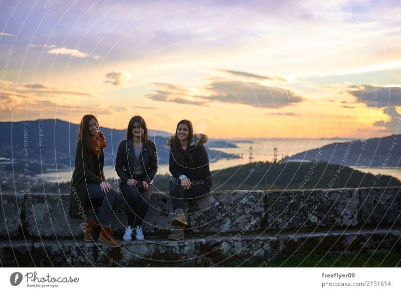 Drei junge Frau, die bei Sonnenuntergang aufwirft Mensch Himmel Natur Ferien & Urlaub & Reisen Jugendliche Junge Frau Landschaft Meer Wolken Freude Winter