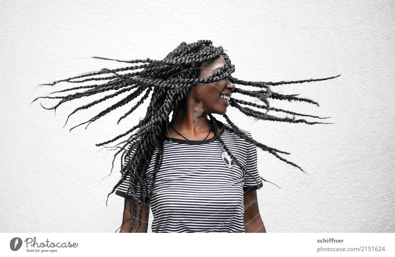 Frau mit fliegenden Dreadlocks Mensch feminin Junge Frau Jugendliche Erwachsene Haare & Frisuren 13-18 Jahre 18-30 Jahre Tanzen Zentrifuge drehen lachen