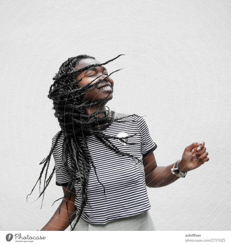 Junge afroamerikanische Frau  tanzt Mensch feminin Junge Frau Jugendliche Haare & Frisuren 13-18 Jahre 18-30 Jahre Erwachsene Lächeln lachen Tanzen