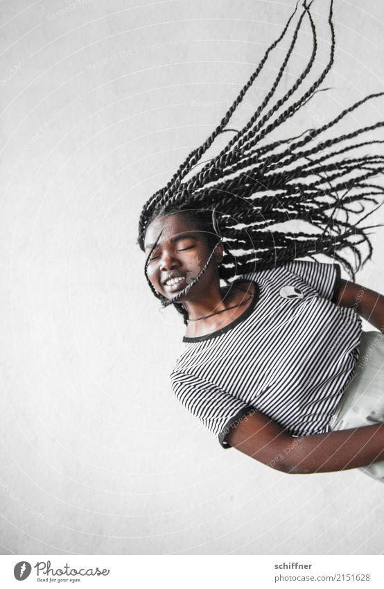 Frau mit fliegenden Dreadlocks Mensch feminin Junge Frau Jugendliche Erwachsene Haare & Frisuren 1 13-18 Jahre 18-30 Jahre genießen Schweben Rastalocken