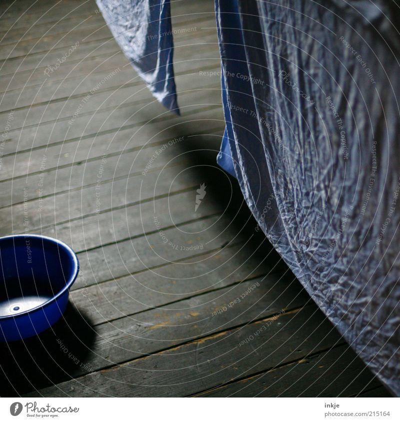 Waschtag Häusliches Leben Dachboden Holzfußboden Bettwäsche Bettlaken frisch Sauberkeit trocken blau braun Stimmung trocknen Wäsche waschen Falte Wäscheleine