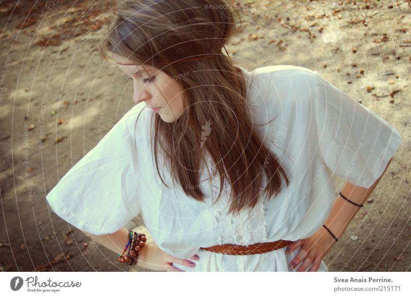 woodstock. Lifestyle elegant Stil schön feminin Junge Frau Jugendliche Haare & Frisuren 1 Mensch 18-30 Jahre Erwachsene Herbstlaub Park Mode Accessoire Schmuck