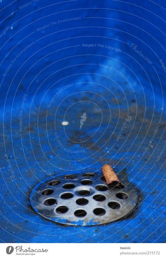 abgeraucht Rost dreckig blau Zigarette Filterzigarette Abfluss Schacht Loch Müll ungesund Rauchen wegwerfen Ecke Farbfoto Außenaufnahme Detailaufnahme