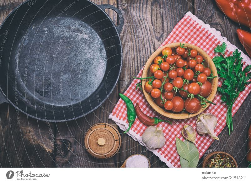 leere schwarze Gusseisenbratpfanne alt rot Speise Essen Holz Lebensmittel Metall frisch Tisch Kräuter & Gewürze Küche Gemüse Mahlzeit Top Essen zubereiten