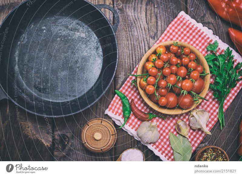leere schwarze Gusseisenbratpfanne Lebensmittel Gemüse Kräuter & Gewürze Pfanne Tisch Küche Holz Metall alt Essen frisch rot Zwiebel Speise Mahlzeit reif
