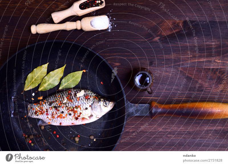 Karpfen in Gewürzen Fisch Kräuter & Gewürze Pfanne Tisch Küche Natur Blatt Holz frisch lecker natürlich oben braun grün Kruzianer Paprika ganz Salz