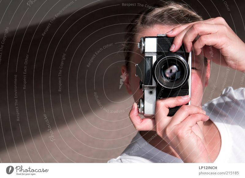 Z E N I T - E I N E S Fotokamera Mensch feminin Frau Erwachsene Kopf Gesicht Hand Finger 1 retro schön Fotografieren festhalten schießen analog blond Farbfoto