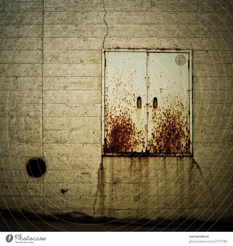 erythrophobie Schriftzeichen Rost Kasten Beton Linie Farbfoto Gedeckte Farben Außenaufnahme Menschenleer Textfreiraum links Tag Kontrast dreckig alt Mauer