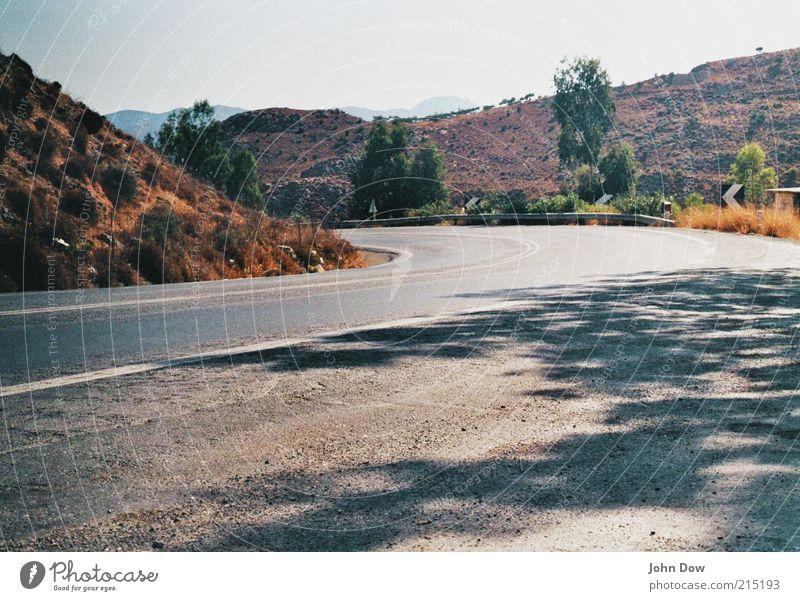 Roadtrip Natur Pflanze Sommer Straße Landschaft Sträucher Asphalt Hügel Sehnsucht Schönes Wetter Verkehrswege Kurve Fernweh unterwegs Biegung mediterran