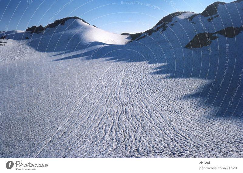 Gletscher kalt Berge u. Gebirge Alpen Schnee Spuren Sonne Eis Kontrast Schatten blau