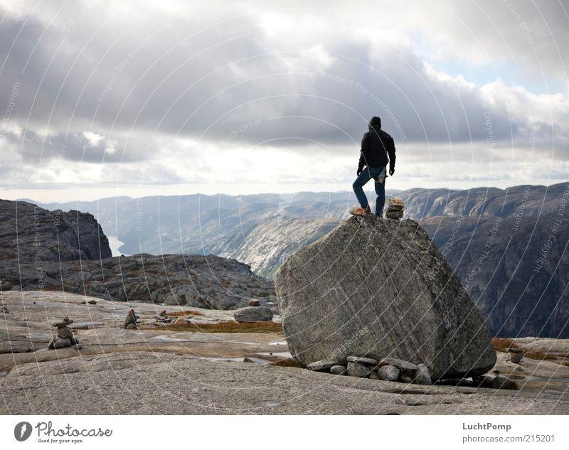 Der Wächter Natur Pflanze Wolken Einsamkeit Ferne kalt Freiheit Berge u. Gebirge oben grau Stein Luft Beine Wind Felsen maskulin