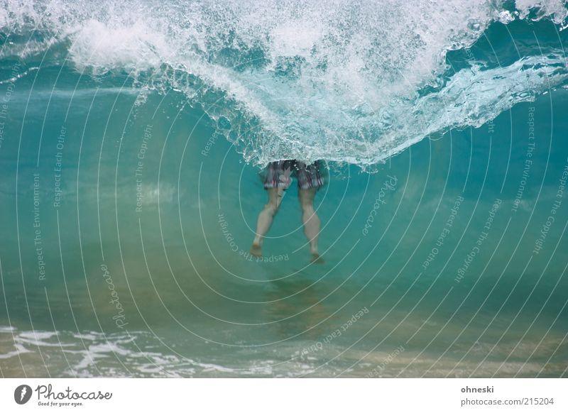500 Mal durch die Spülung 1 Mensch Urelemente Wasser Wassertropfen Wellen Küste Meer Freude Lebensfreude Brandung Beine Badehose tauchen untergehen Farbfoto