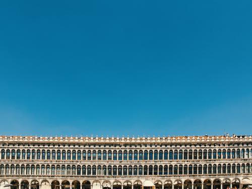 markusplatz alt Fenster Wand Mauer Fassade Dach Sehenswürdigkeit Wahrzeichen Denkmal Altstadt Stadtzentrum Städtereise gerade Blauer Himmel Venedig Palast