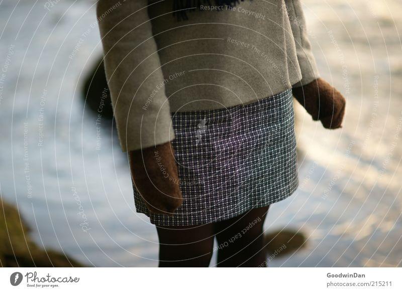 """kalt!"" Mensch feminin Junge Frau Jugendliche 1 Umwelt Natur Wasser Fluss Bekleidung Kleid Mantel Strumpfhose Handschuhe frieren stehen warten frei nah Stimmung"
