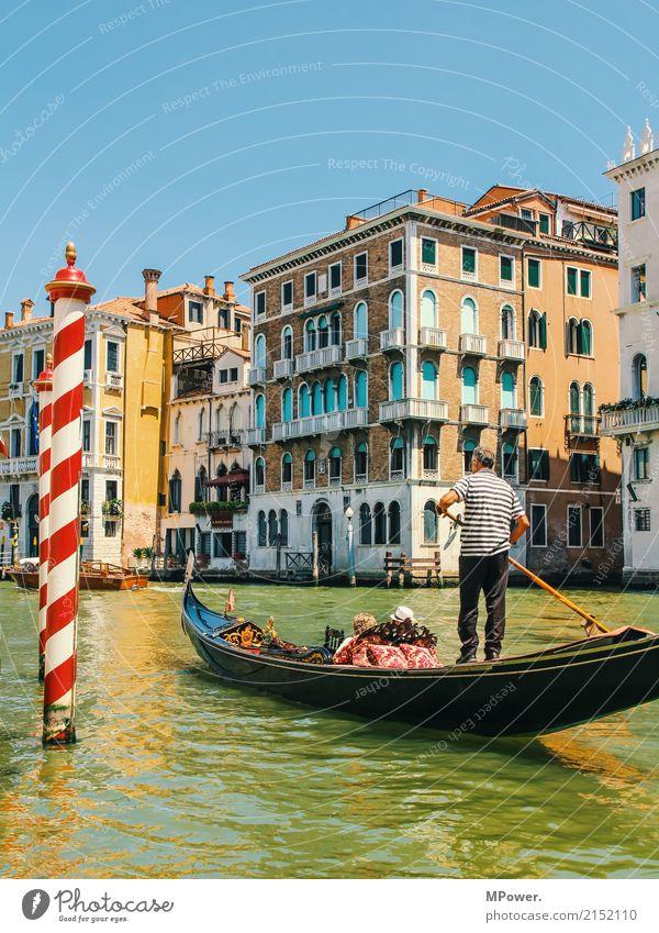 gondolieri in venedig Hauptstadt Altstadt Haus Verkehr Verkehrsmittel Verkehrswege Personenverkehr Schifffahrt Hafen An Bord Kitsch schön Venedig Gondel (Boot)