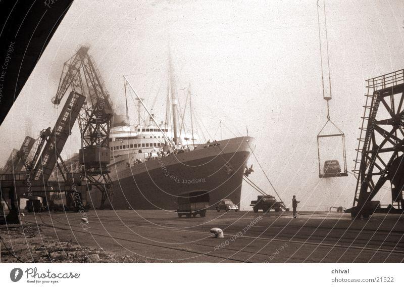 Cherbourg Wasserfahrzeug Kran verladen löschen Meer Dock Europa Hafen Ladengeschäft Nebel PKW