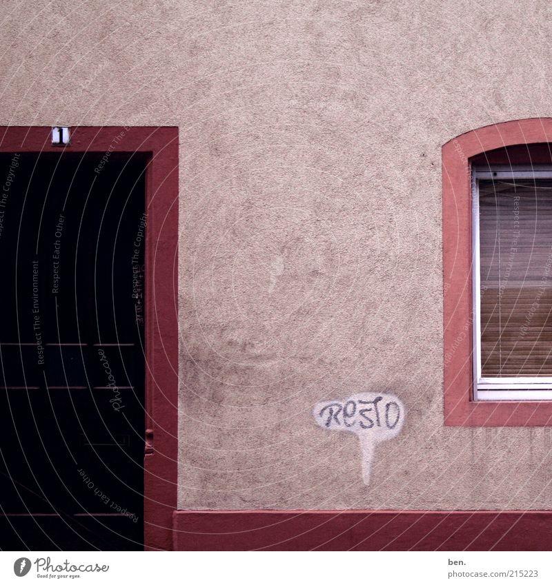 Ruhe am Grenzgebiet Graffiti Menschenleer Haus Gebäude Mauer Wand Fassade Fenster Tür Zeichen Schriftzeichen Ziffern & Zahlen eckig einfach ruhig Nostalgie