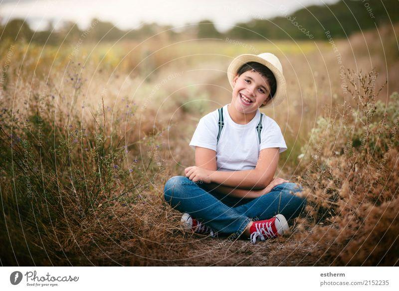 Glückliches Kind auf dem Gebiet Lifestyle Kinderspiel Abenteuer Mensch maskulin Kleinkind Kindheit 1 3-8 Jahre Natur Wiese Feld genießen Lächeln lachen sitzen