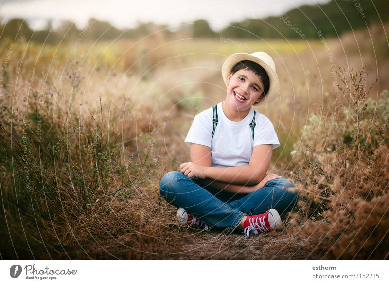 Glückliches Kind auf dem Gebiet Mensch Natur Freude Lifestyle lustig Gefühle Wiese lachen Zufriedenheit maskulin Feld Kindheit sitzen genießen Fröhlichkeit