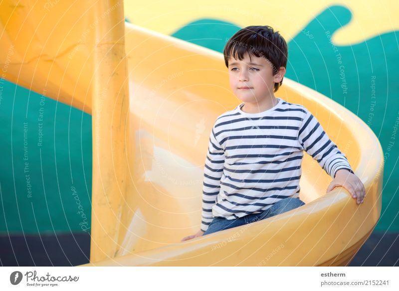 Kind auf dem Spielplatz Lifestyle Spielen Kinderspiel Ferien & Urlaub & Reisen Abenteuer Freiheit Mensch Kleinkind Kindheit 1 3-8 Jahre sitzen Glück kuschlig
