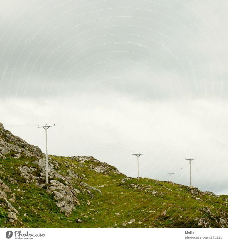 Zivilisation Energiewirtschaft Strommast Leitung Umwelt Natur Landschaft Urelemente Erde Himmel Hügel Felsen einfach grau grün Einsamkeit Netzwerk Elektrizität