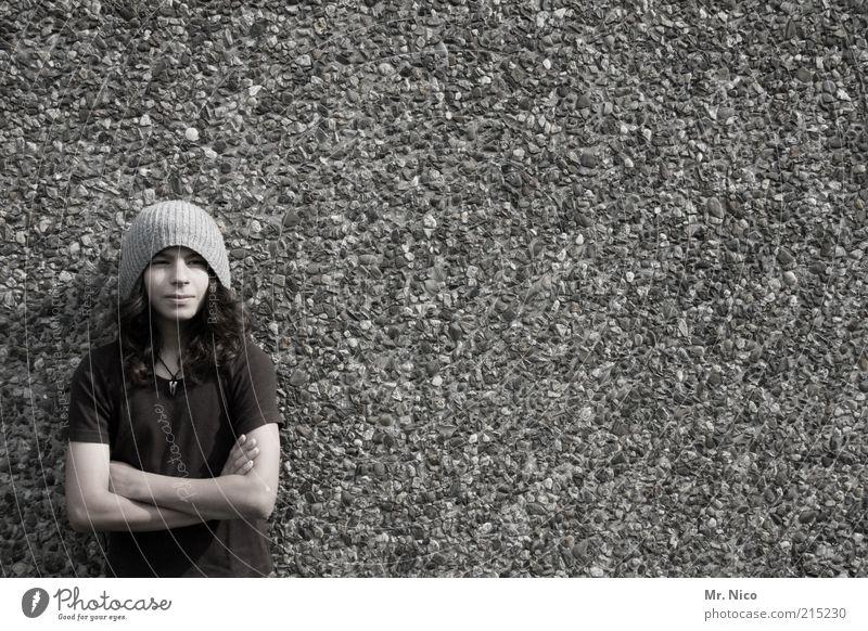 gypsy Jugendliche schön Gesicht Wand Stil Mauer Denken Arme maskulin Fassade Coolness trist T-Shirt beobachten Vertrauen Mütze