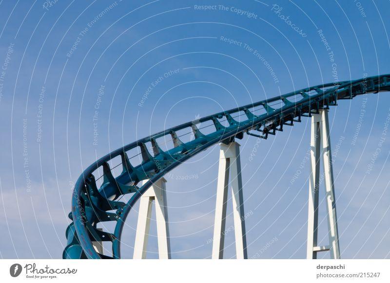 rollercoasterrrrr..... Achterbahn blau Farbfoto Außenaufnahme Menschenleer Textfreiraum oben Tag Licht Schatten Stahlkonstruktion Gleise verdreht aufwärts Säule