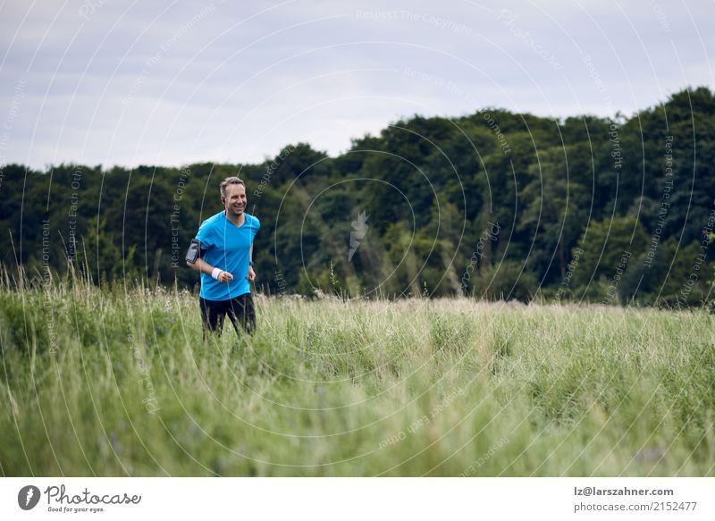 Geeigneter muskulöser Mann, der auf einer ländlichen Spur rüttelt Mensch Natur Sommer Landschaft Erwachsene Lifestyle Herbst Wege & Pfade Sport Textfreiraum