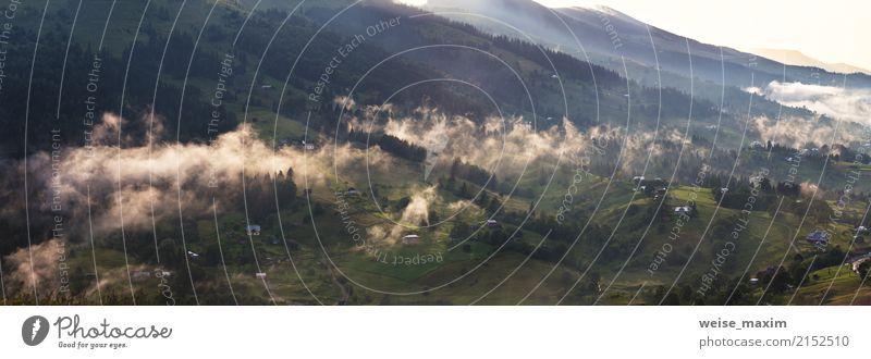 Nebelwolken nach Regen. Nebelhaftes Dorf im Abendsonnenuntergang. schön Ferien & Urlaub & Reisen Sommer Berge u. Gebirge Tapete Natur Landschaft Himmel Wolken