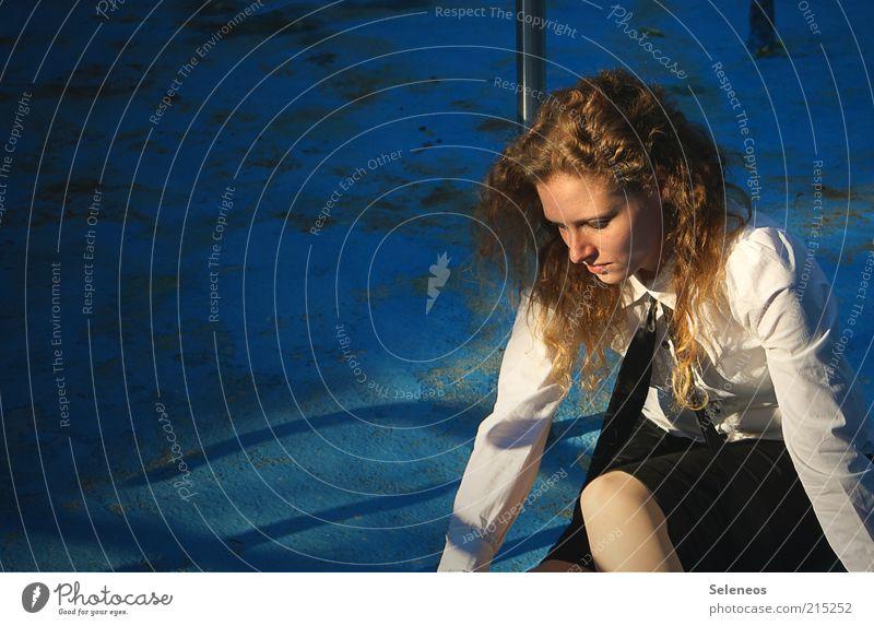 Sonnenbad Mensch feminin Haare & Frisuren Bekleidung Bluse Krawatte Locken beobachten Traurigkeit Einsamkeit Schwimmbad Farbfoto Textfreiraum links Tag Licht
