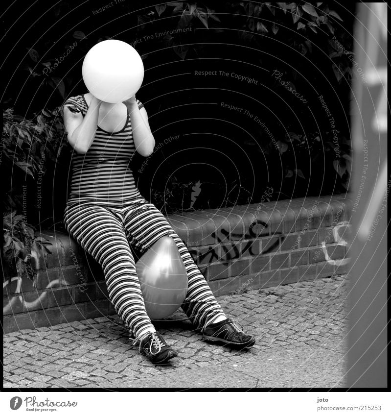 ? ? ? feminin Stil lustig verrückt sitzen Luftballon Streifen Kugel Mensch trashig blasen Bürgersteig verstecken Wege & Pfade skurril Punk