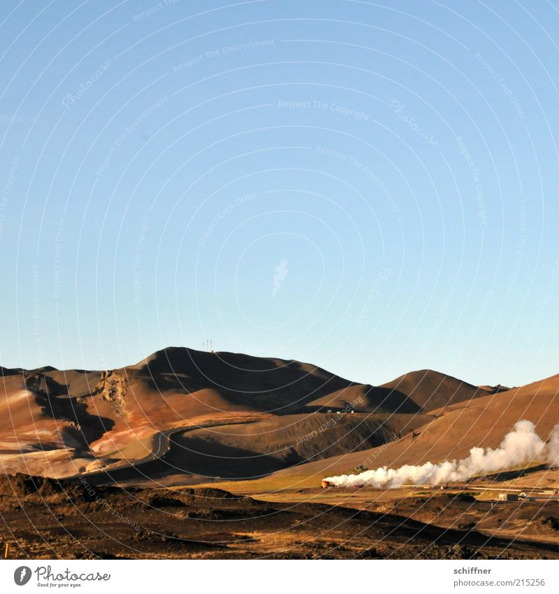 Erst einmal Dampf ablassen Landschaft Erde ästhetisch Schönes Wetter Hügel Wolkenloser Himmel Rauch Abenddämmerung Island Vulkan Wasserdampf Naturphänomene