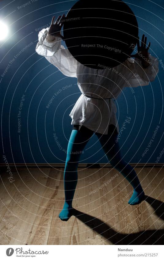 • Mensch 1 anonym verdeckt Datenschutz blau Hemd Tanztheater außergewöhnlich seltsam Farbfoto Innenaufnahme Ganzkörperaufnahme Gegenlicht Schatten festhalten